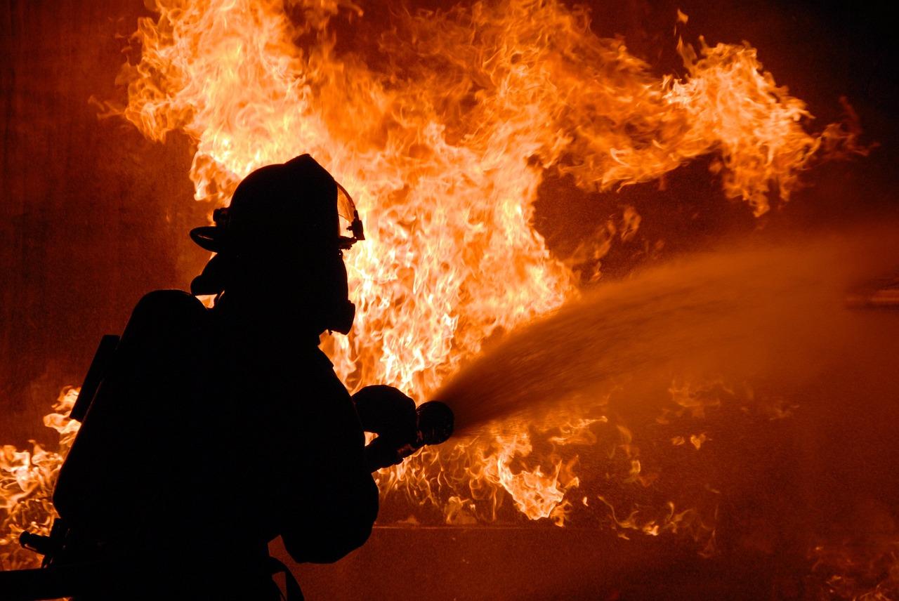 На Харківщині виникла пожежа на складі із зерном