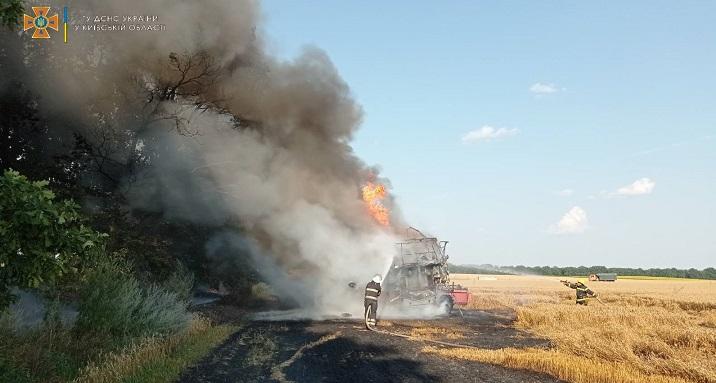 На Київщині під час робіт у полі згорів комбайн