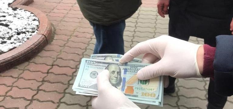 На Львівщині затримано двох посадовців Держекоінспекції на хабарі у тисячу доларів