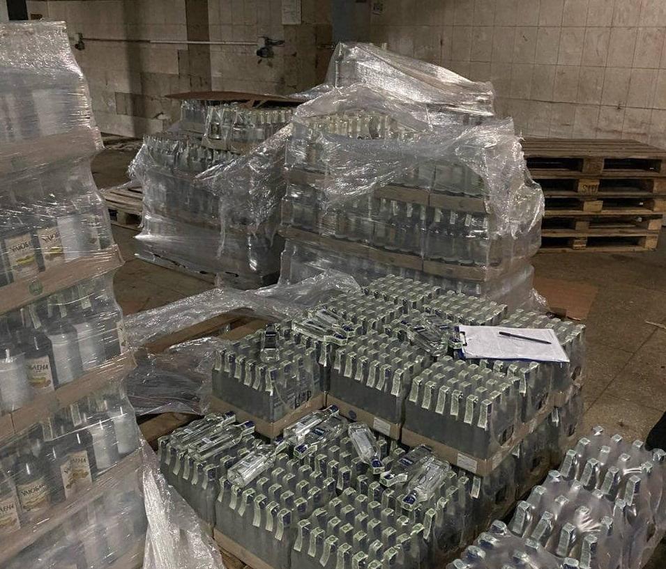 На Харківщині припинено роботу масштабного цеху з незаконного виробництва алкогольних напоїв